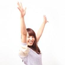 両手を上げて喜ぶ女性の画像