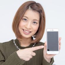 格安SIMでiPhoneを使う女性