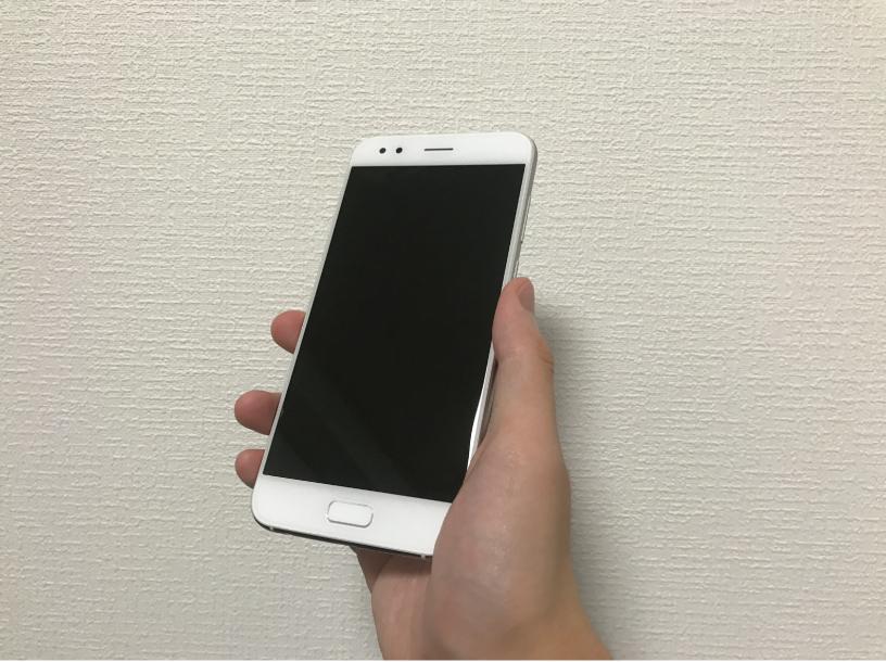 ZenFone 4を手に持った前面の画像