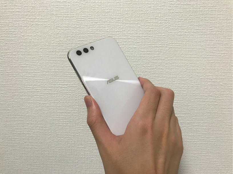 ZenFone 4を手に持った背面の画像