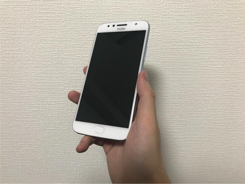 Moto G5S Plusを手に持った前面の画像