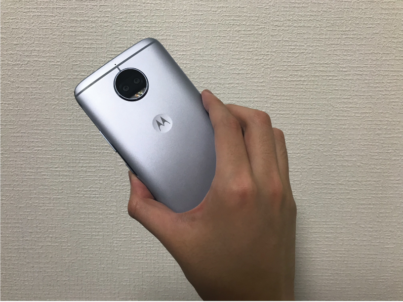 Moto G5S Plusを手に持った背面の画像